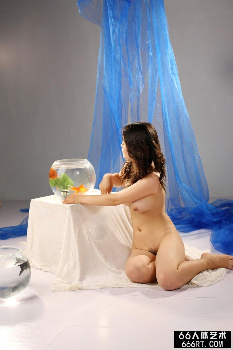 卷发裸模莫菲室拍金鱼与靓女