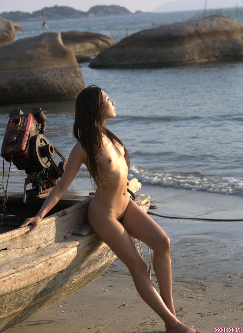 嫩模尧尧与梦梦海边渔船上的清纯人体