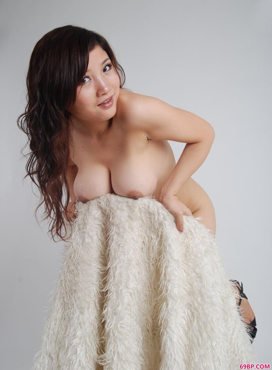 嫩模含嫣羊毛毯上的丰润美体1