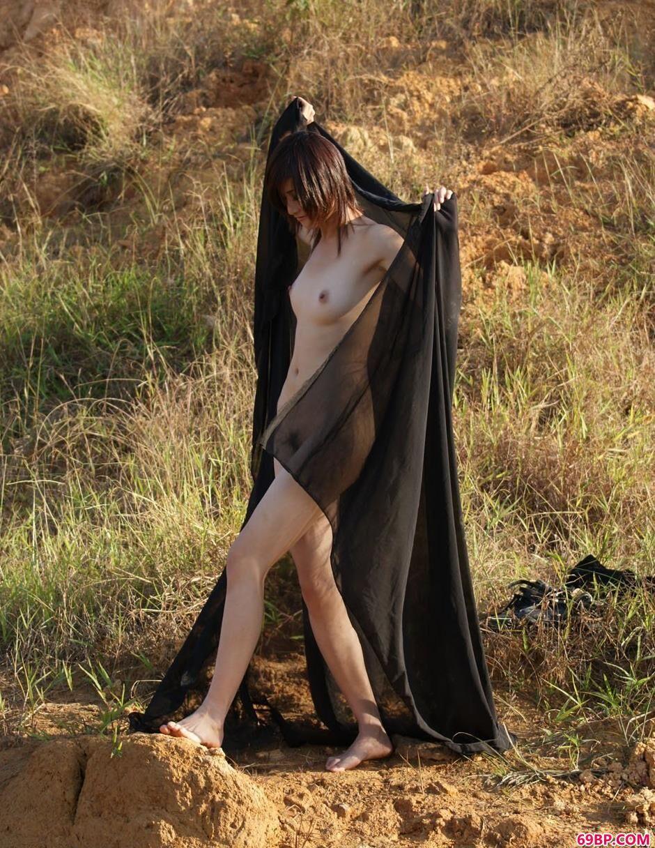 超模小萱山上的黑纱风骚人体