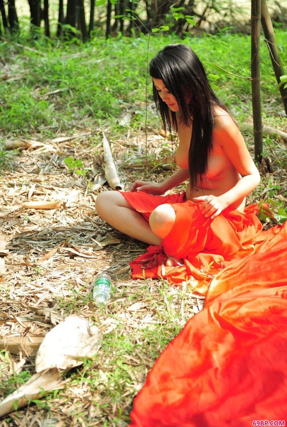 妹子莉莉在竹子下的风情美体