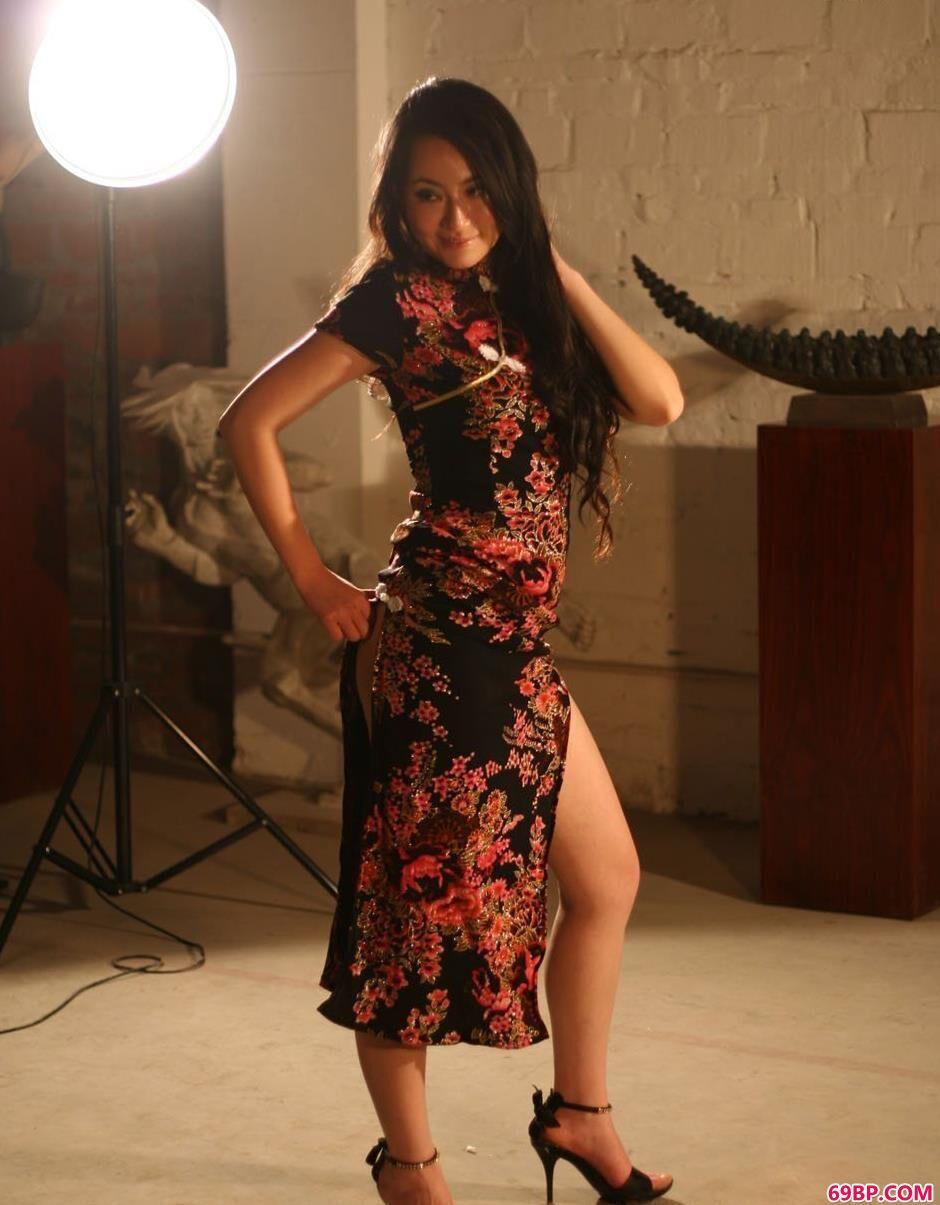 美人杨芳穿旗袍在未装修的房子里的人体_美女私房照
