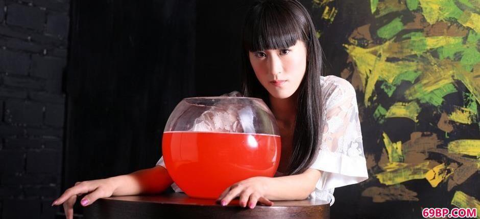 涣莎红色鱼缸魔鬼身段1_王瑞儿夜火