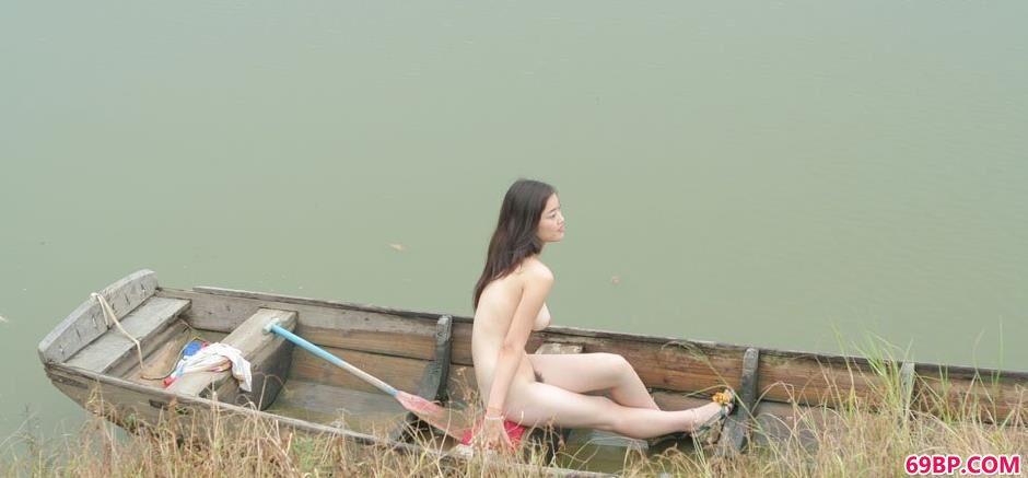 超模小游在湖上小船上的诱惑美体1,欧美人体艺术gogo
