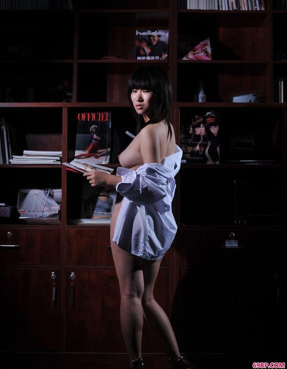 靓妹蓝雅琦书柜下的朦胧美体