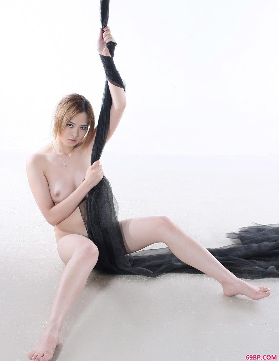 黑纱美体裸模祖儿2_美女国模两腿间黑森林