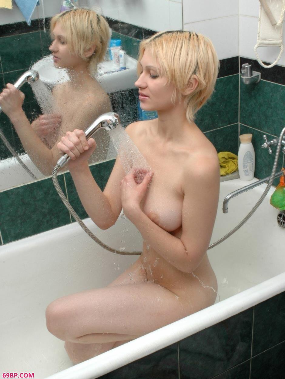 嫩模Alina浴缸里的妩媚人体_free性乌克兰