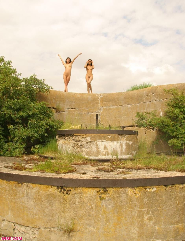 裸模Lidia和Maria堤坝上的清纯人体