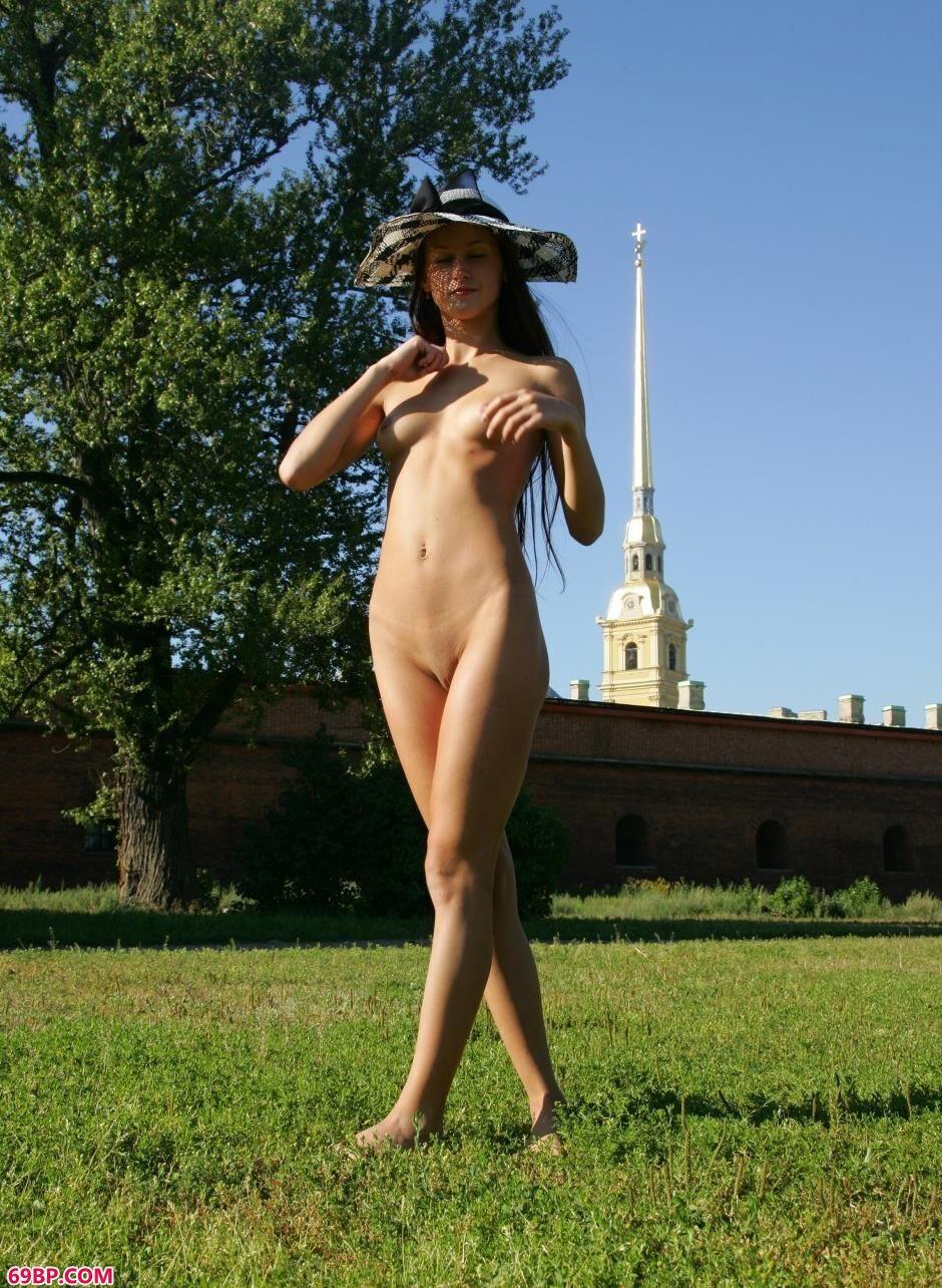 美女艺体_嫩模玛丽亚Maria城堡前的风骚人体