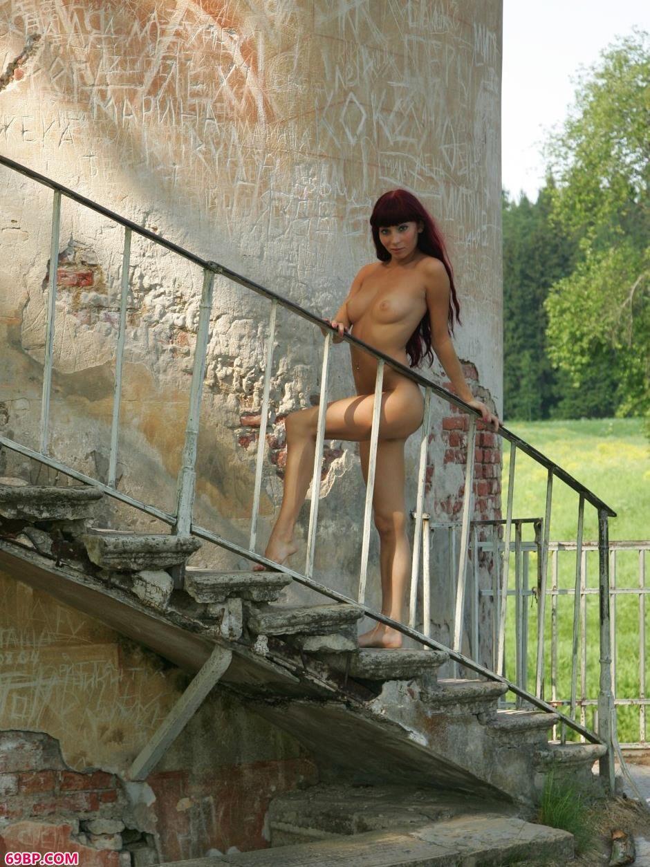 美模Ira高塔楼梯上的风情人体_仙妮