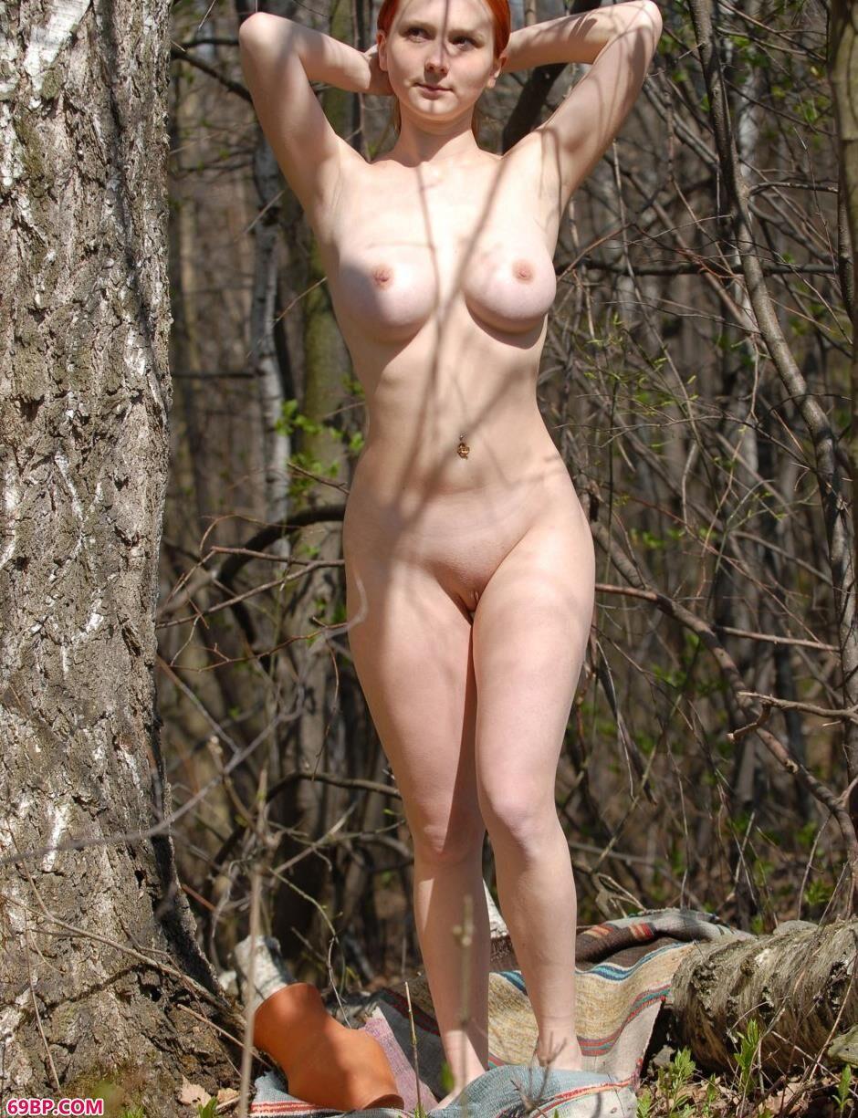 美模Katya树林里的妩媚人体,96最大胆人体艺术