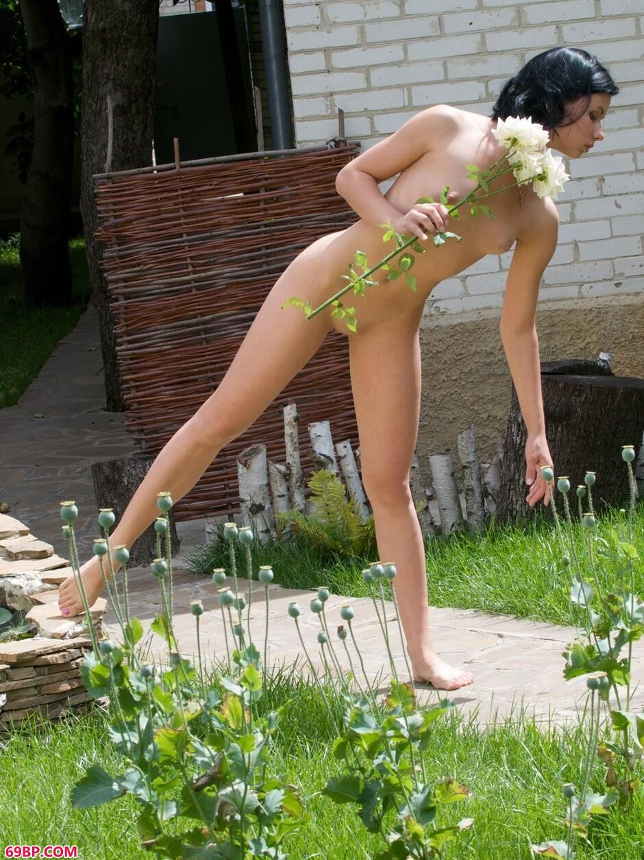 裸模玛丽娜Marina草地上的大尺度人体