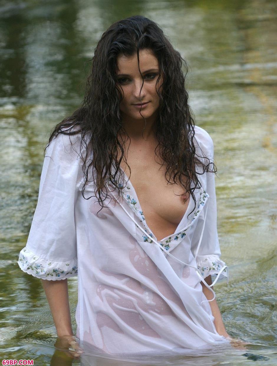 名模Marusya小河里的美丽人体1