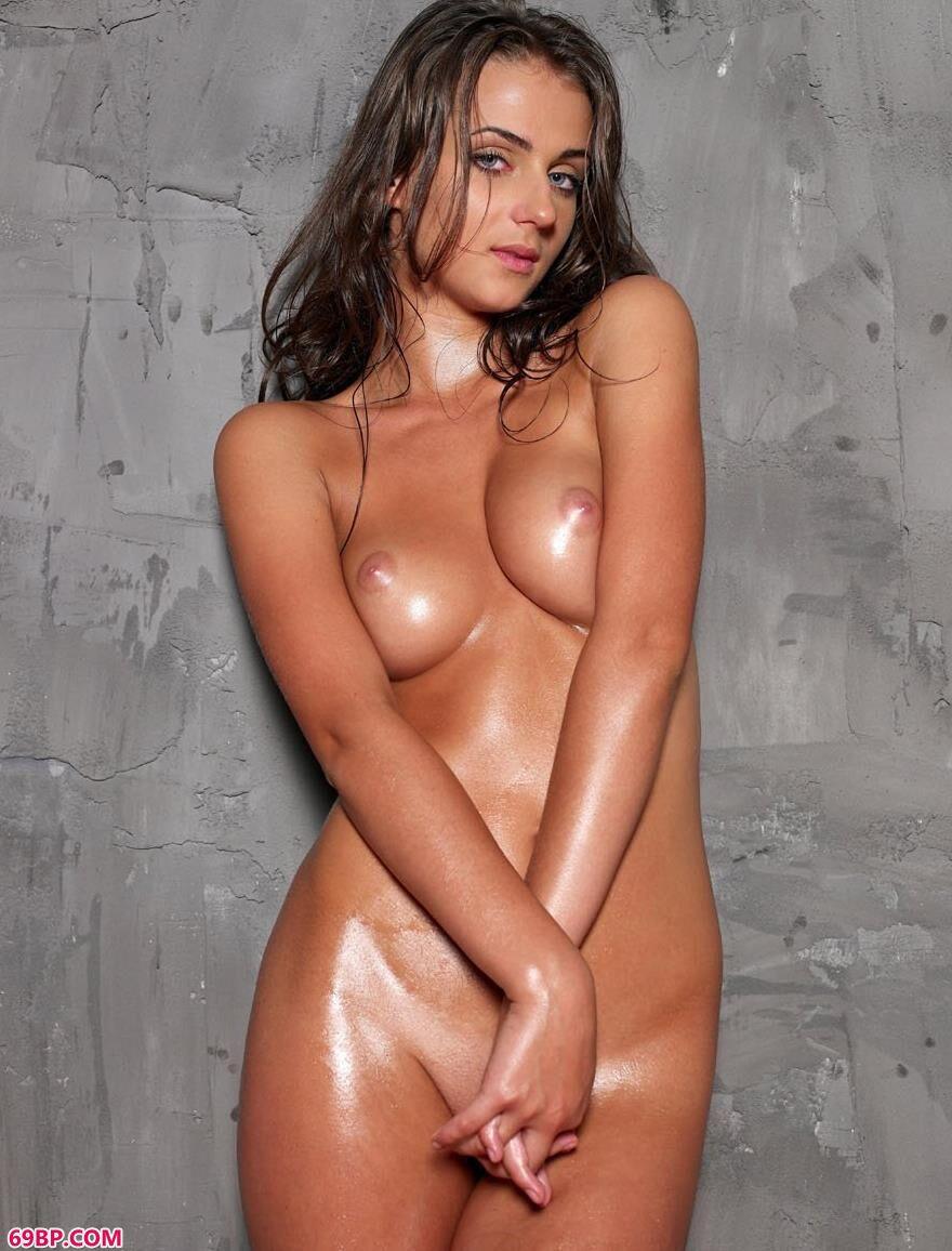 超模妮娜在水泥墙边的美体