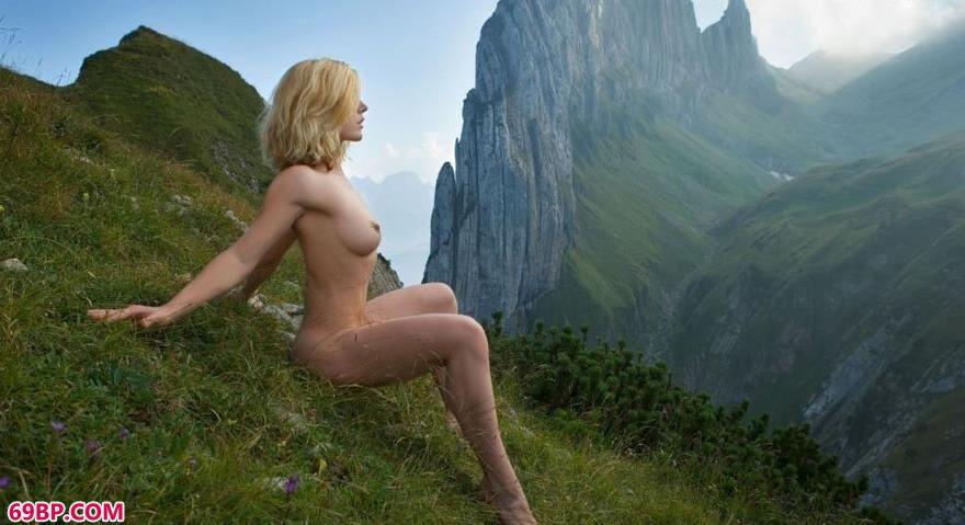 美臀图片_超模ritamargaet风景宜人的悬崖边的大尺度人体