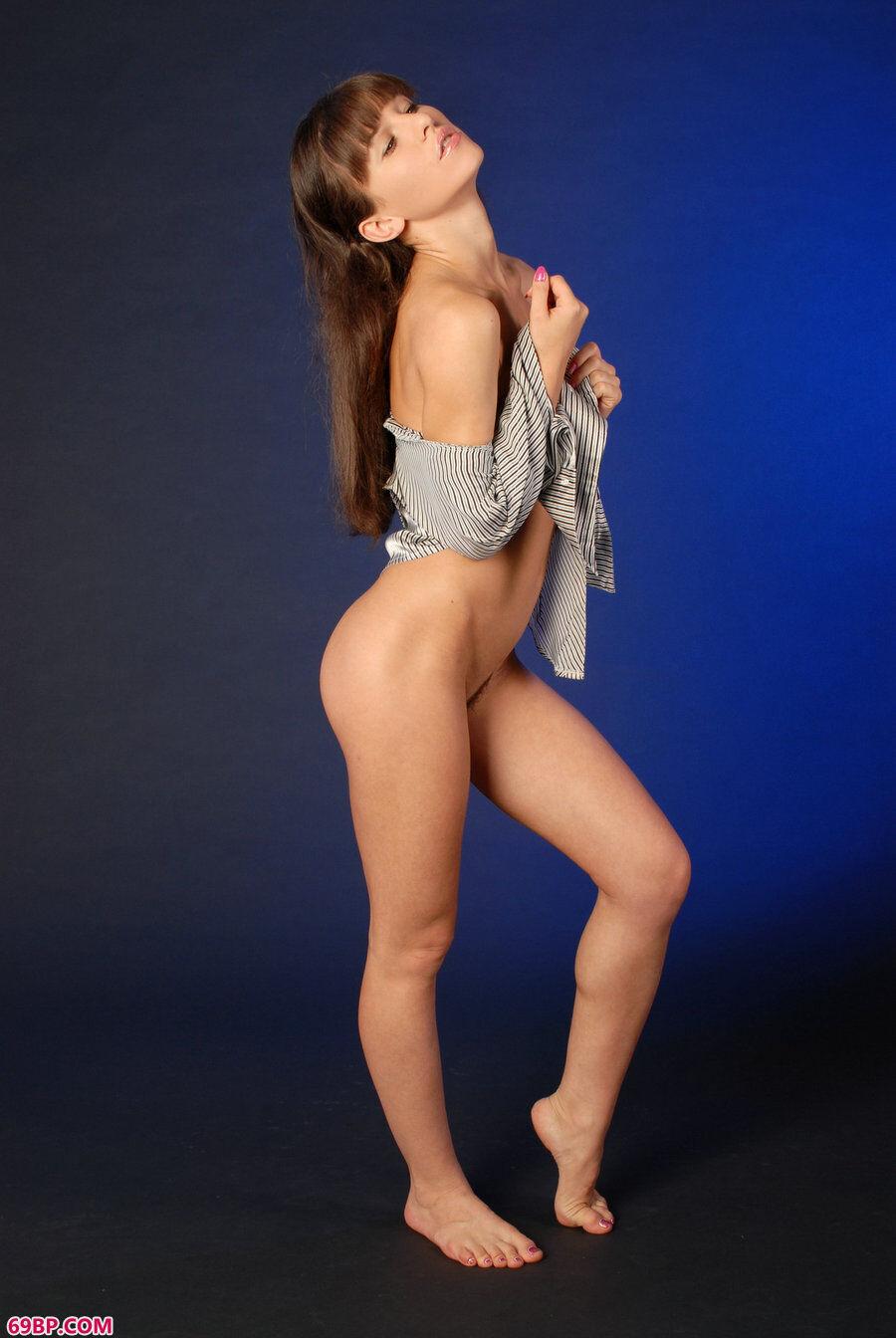 蓝色背景室拍欧模图片作品_女人�体