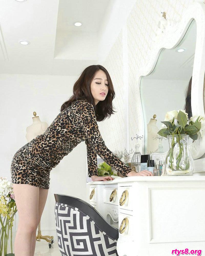 穿豹纹服饰的美胸裸模Sua梳妆镜前拍摄