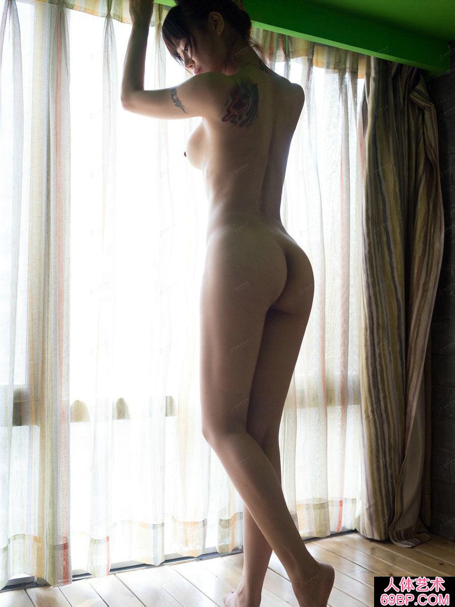 女人小便最近高清图_臀部又翘又圆的名模何奕恋居家拍摄人体