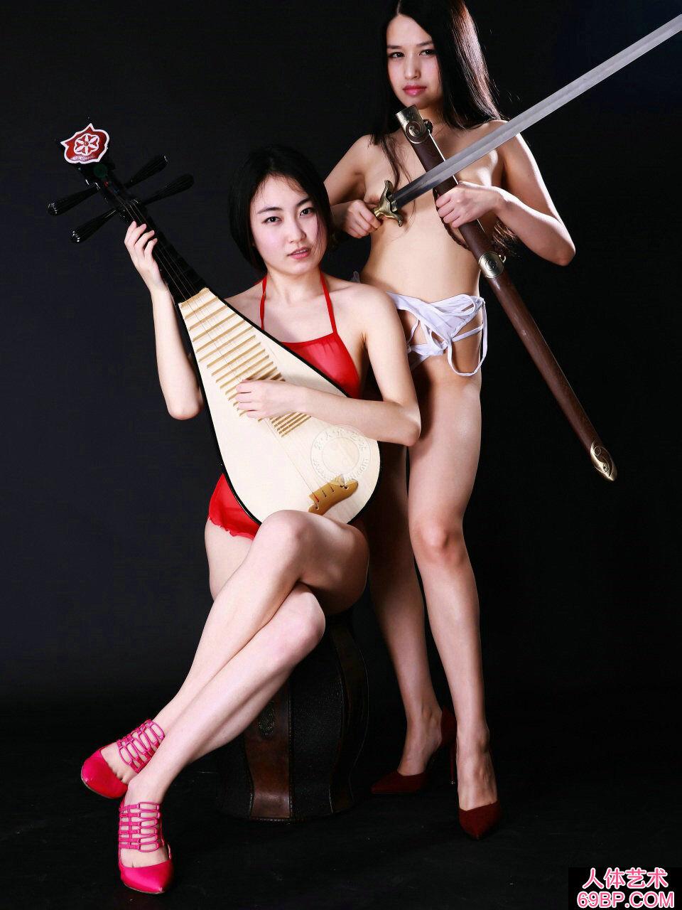室拍身披丝巾弹琵琶的嫩模小慕和阿林